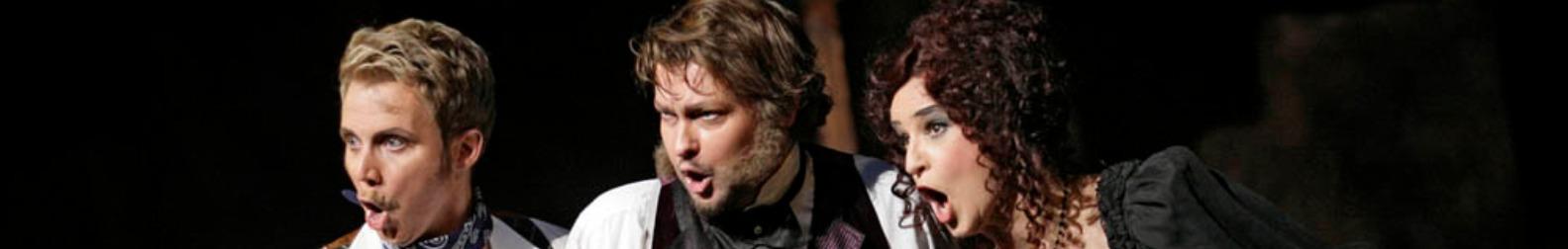 Mathias Frey zusammen mit zwei Kollegen bei einem Auftritt in historischem Kostüm,